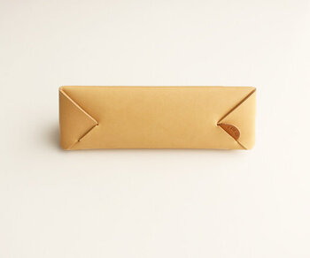プレーンな素材に縫い目のないシンプルなデザインがスタイリッシュ。持ち物がおしゃれだと気分がアップしますね♪