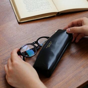 「CLASKA(クラスカ)」の人気の「BANK」シリーズのペンケース。筆記用具を入れるだけでなく、メガネケースとしても使用できます。