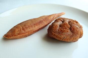 甘さ控え目の餡がぎっしりと詰まった人形焼は3種類。こちらはこし餡入りの「人形焼」と、白餡入りの「登り鮎」。他に、つぶ餡入りの「つぼ焼き」もありますよ。