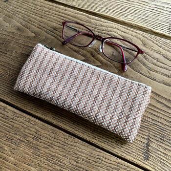 中綿入りのファスナータイプのメガネケース。ふんわりとした適度な厚みのある生地で、メガネを優しく保護してくれます。ペンケースとしても使用できます。