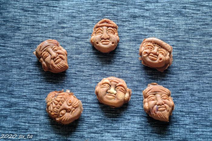 """しっとりとして優しい甘さの皮の中には、こし餡がたっぷり入っています。七福神なのに6人なのは""""お客様の笑顔を合わせて七福神になるから""""とのこと。そんな由来を知ると、いっそう美味しく感じられそうですね。"""