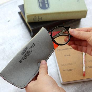 ウェットスーツの素材に使用される合成ゴム「クロロプレン」素材を使用したメガネケース。丈夫で軽いのが特長で、メガネを優しく保護してくれます。