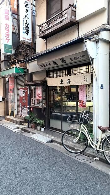 大正元年創業の「御菓子司 東海」は、人形町駅から徒歩2~3分の路地に佇む地元で愛される老舗和菓子店。