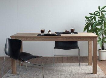 「『栗の木』引出付ダイニングテーブル」は、熊本県産の栗材が使われています。栗と聞くと木の実を思い浮かべる人も多いのではないでしょうか。栗材は耐久性に優れている上に、見た目の美しさも魅力的。  家具職人が手がけた味わい深いテーブルは、経年変化も楽しみですね。