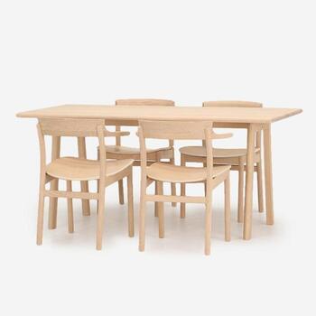 ACTUSの「SOUP(スープ)ダイニングテーブル 5点セット(160A-C)」は、北欧スタイル×日本の伝統技術が味わえるダイニングセットです。  テーブルのサイズは幅160cm×奥行き80cmなので、大人の4人使いでもゆとりを持てるでしょう。自分が年齢を重ねていくのと一緒に、オークの無垢材が味わい深くなっていく様子を楽しみたいですね。