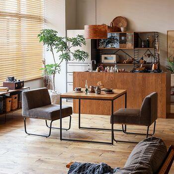 こちらは、先ほどのRe:CENOのシリーズ違いとなる「WIRY(ワイリー)80ダイニング3点セット」。ダイニングが食事だけでなくリラックスできる空間となるように、座面とテーブルの高さに工夫が凝らされています。  天板のオーク無垢材やソファの布地、強度のあるアイアンなど、異素材の組み合わせにモダンテイストを感じられるのも素敵ですね。