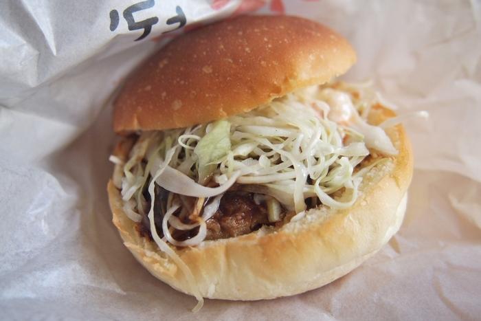 「HIDE」は手作りハンバーガー&ハンバーグのお店。以前は道の駅の横のハンバーガー店でしたが、招竹梅内でリニューアルオープンし、国産肉100%のハンバーグも食べられるようになりました。一番人気は「HIDEバーガー」。3種の手作りのソースとハンバーグが美味しいと評判です。