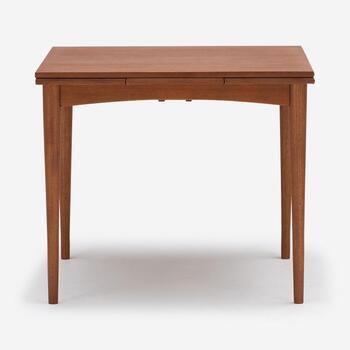 ACTUSの「H.W.F ダイニングテーブル TYPE-B」は、天板を広げて使えるエクステンションタイプのテーブルです。幅を広げる前は幅85㎝×奥行き85㎝の正方形。上品で落ち着いた雰囲気が感じられますね。