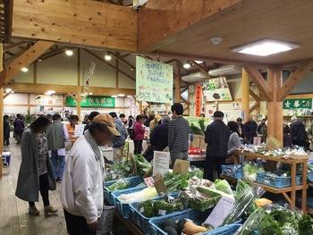 店内には地元の旬の野菜がずらりと並びます。立花の特産品のたけのこやキウイなどの食材や、専門店が作るお惣菜などがたくさんありますよ。