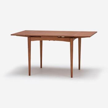 幅を広げると140cmになるので、2~4人使いに便利です。ユーズド家具をリプロダクトするH.W.Fシリーズは、使い込まれた味わいと手仕事のぬくもりが伝わってくるようです。