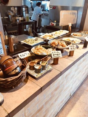 道の駅にある健康地域応援レストラン「くるるん」。地元の食材を使ったさまざまな料理が楽しめるビュッフェスタイルのお店です。