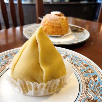 お店を代表する「モンブラン」は、独特なスタイルが特徴。上品な味わいのマロンペーストに包まれているのは、ロールケーキを土台にした、香り高くコクのあるクリーム。厳選の材料を贅沢に使った上品なケーキです。
