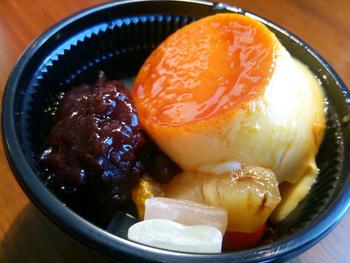 和菓子も洋菓子も好きという方への手土産には、「風鈴(プリン)あんみつ」がおすすめ。その名の通り、プリンとあんみつを一度に味わえます。