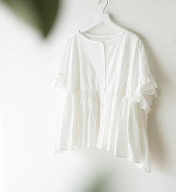 前後どちらを前にしても着られる2WAYブラウス。ボタンを外して羽織りものとして着ると3WAYにもなる優れもの。