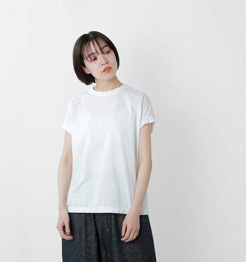 首元は詰まったクルーネックなので胸の開きが気になりません。フレンチスリーブが二の腕を美しく見せてくれて、シンプルなTシャツなのにとても女性的。