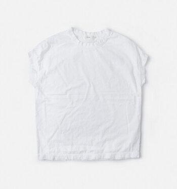天竺コットン100%のベーシックなTシャツ。控えめなフレンチスリーブが女性らしく、1枚で着てもサマになるデザイン。