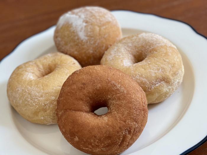 発酵生地のシンプルドーナツは、アールグレイやおからきな粉など数種類からセレクトできます。もちもちふんわり食感は気軽な手土産に喜ばれること間違いなし。どれも保存料を使っていないので、その日のうちに食べ切れる量をお土産にしましょう。