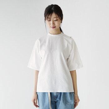 ゆったりとしたワイドなシルエットが魅力のTシャツ。丈夫で厚手な天竺コットンを使用しているので、下着が透ける心配もありませんね。