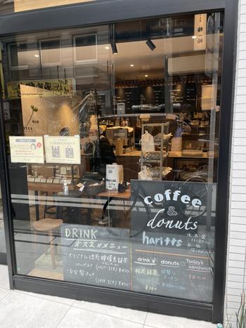 元々移動式カフェとして誕生し、現在代々木上原に本店を構える「haritts donuts&coffee(ハリッツ)」が、人形町駅から10分ほどのところにもあります。最寄り駅は小伝馬町ですが、 人形町からも徒歩圏内なので散策しながら足を運んでみましょう。