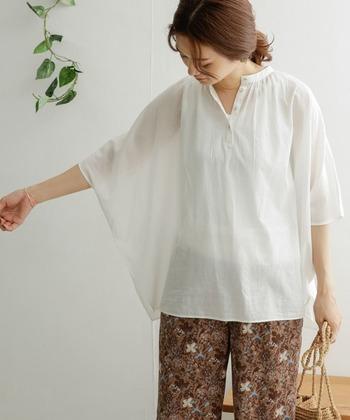 モモンガ風の袖が大人かわいい雰囲気を演出。さらりと着るだけで、肩の力が抜けたリラックス感漂うコーデになります。