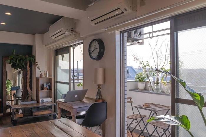 窓をオープンにして、ベランダをお部屋の一部として使用。ガーデンテーブル&チェアを置いて、リラックスできる空間に。