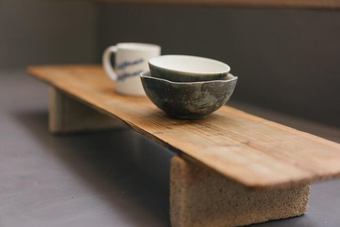 木の端材とレンガを組み合わせてミニテーブルに。ベランダでまったりするときにコーヒーカップやボウルを置くのにちょうどいいサイズ感。無駄に物を買って増やすより、あるものを活用したり、工夫したりして賢く生活したいですね。