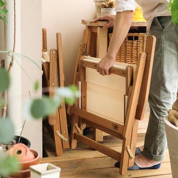 折り畳み式のテーブルとチェアーなら、スペースの限られたベランダに最適。畳むとスリムになるので収納場所に困りませんね。