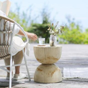 ベランダやバルコニーでちょっと読書を楽しみながらお茶でも…なんていうときに活躍するサイドテーブル。どっしりとした重厚感あるつくりなので、風で飛ばされたり倒れたりする心配はありません。