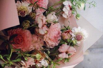 ワイルド系花束とは決して作り込み過ぎていない、植物が自然に伸びていく姿をそのまま束ねた花束のこと。