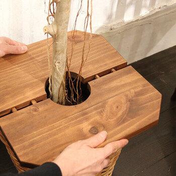 天然木のパイン材ならではの美しい木目を生かす、オイルステインの塗装が施されています。凹凸の差し込み式で設置が簡単です。