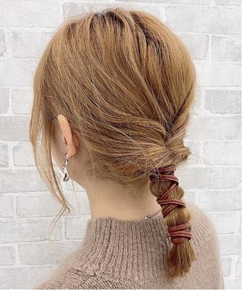 ひとつ結びをくるりんぱして、毛束にワイヤーポニーでくるくると巻き付けるだけ。簡単なのに、手の込んだアレンジに見せてくれますよ。