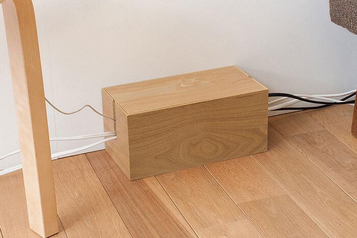 おうちのフローリングに置くなら、天然木のケーブルボックスもおすすめです。ナチュラルウッドとダークブラウンの2色あるので、床の色に合わせて選べます。すっきりとした箱型で、悪目立ちしません。
