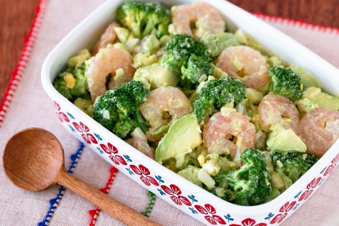 アボカドとブロッコリーのグリーンが綺麗なタルタル仕立てのサラダ。エビとゆで卵で食べ応えもアップ。サンドイッチのフィリングにもおすすめです。
