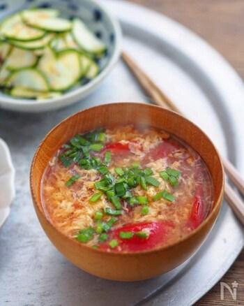 お通じをよくするオリーブオイルは、毎朝の味噌汁にオスプーン一杯を回しかけるだけでもOK。  こちらのレシピではオリーブオイルとの相性の良いトマトが入ったかき玉味噌汁。食欲がない時はご飯やにゅう麺を入れてサラッと食べるのもおすすめだそう。