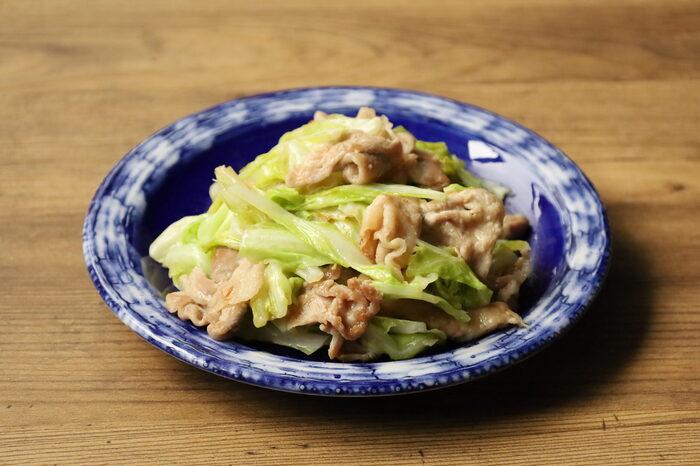 ニンニクとバターの香りが食欲をそそる炒めもの。キャベツと豚肉に味噌がしっかりと絡んで、食べ応えがあります。ご飯がすすむ、大人から子どもまで大満足の一品です。