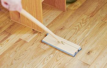 先ほどご紹介したフローリングワイパーにセットして、床掃除に使うこともできますよ。