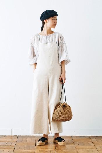 サロペットのインナーにストライプシャツを選択。白を重ねることで涼しげな印象が加速し、夏ムードも高まります。ベレー帽でちょっぴりレトロに誘導して、大人に着地するのもおすすめです。