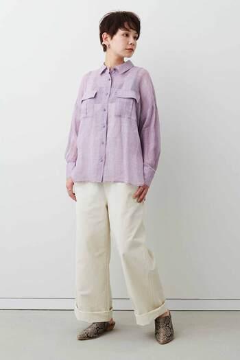 パターン化しやすいオーバーオールに新たな着こなしを提案。普通ならインナーとして使うシャツを、あえて上から羽織ってプルオーバー風に着こなすことで、コーディネートのマンネリも回避できます。ラベンダー×ホワイトのピュアな配色に、パイソン柄のシューズがまた新鮮。
