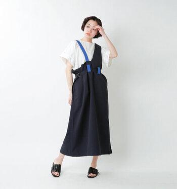 ジャンスカはカジュアルかフェミニンかの2択ではありません!アシンメトリーデザインならモードっぽい着こなしも楽しめます。Tシャツやサンダルでカジュアルダウンするのもおすすめです。