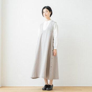 白シャツに淡いグレーのジャンスカを合わせて清楚に。シューズは、膨張しやすい2色を引き締めるために黒を選択。白とグレーの面積を多くすれば重くなりすぎず、夏でもモノトーンコーデは楽しめます。