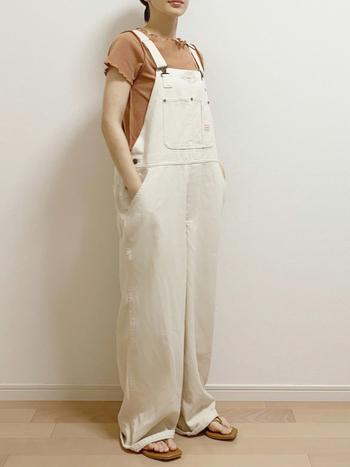 白のオーバーオールのインナーは、メロウフリルのTシャツをセレクト。ソフトな配色を意識すれば、オーバーオールも女性らしく着こなせます。