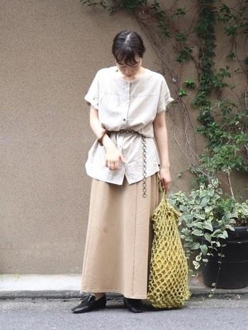 きれいめなシャツとスカートの上下に、キャッチーなイエローバッグを投入してコンサバを回避。メッシュ調のデザインが夏らしいですね。