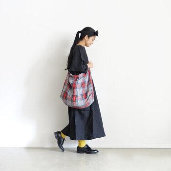 間延びしやすいAラインのワンピースは、イエローのソックスでメリハリを強化。大きめバッグの斜めがけが、今年らしい着こなしを後押ししてくれます。チェック柄でロンドンガールになりきるのもいいですね♪