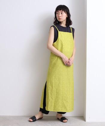 繊細な刺繍が施されたイエローのキャミワンピース。広がりを抑えたIラインシルエットが、品のよい着こなしをアシストしてくれます。ブラックを相棒にしてメリハリを効かせることで、子供っぽさはゼロ。