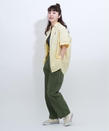 オーバーサイズのシャツは羽織りとして活用することで、今っぽい着こなしに。ワイドなパンツで肩の力を抜くのもおすすめです。