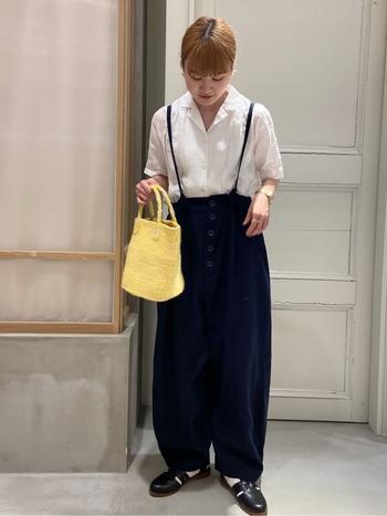 シャリ感のある白シャツに、サルエルっぽいパンツを合わせたモノトーンコーデ。夏だと重たくなりやすいモノトーンもイエローのバッグを投入すれば、軽やかかつフレッシュな着こなしへと転換できます。さらに夏らしさを引き上げるなら、カゴバッグが◎。
