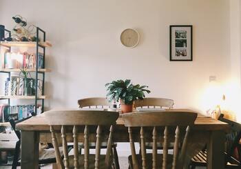 ダイニングテーブルを選ぶ上で、サイズの検討は欠かせません。お部屋の大きさや使う人数などを加味しながら、丁度よいサイズを選びましょう。  【ダイニングテーブルの人数に応じたサイズの目安】 ・1人「幅60cm×奥行き40cm」 ・2人「幅60cm×奥行き80cm」 ・4人「幅120cm×奥行き80cm」