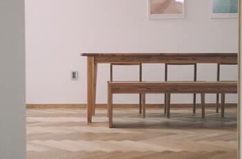 テーブルの素材は何がお好みですか?北欧風やモダンなど、自分の好きなテイストに合わせて素材を選ぶと、よりお気に入りを見つけやすくなるでしょう。  【ダイニングテーブルの主な素材】 ・木材(ウォールナット、ブナ、オーク、マホガニー、タモ、スギ、パインなど) ・ガラス ・セラミックなど