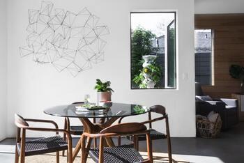 スタンダードな長方形から変形まで、ダイニングキッチンにはさまざまな形があります。ダイニングの真ん中に置くのか、壁に付けて置くのかなど、ほかのインテリアとの兼ね合いで形を決めるのも良いでしょう。  【ダイニングキッチンの主な形】 ・円形 ・半円形 ・長方形 ・正方形など