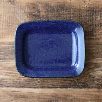 益子にて活動されている寺村光輔さんの、とてもシンプルな濃い青色の各皿です。パンやおやつはもちろん、お野菜のおひたしなど和の副菜を小さく盛り付けるのもおすすめ。「このお皿に似合うごはんを作ろう」なんて日があってもよいですね。